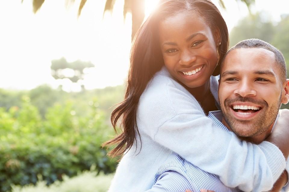 Comprendre les causes de la chute des cheveux chez les hommes et les femmes